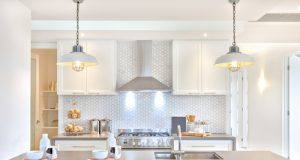 Bright, modern kitchen with backplash